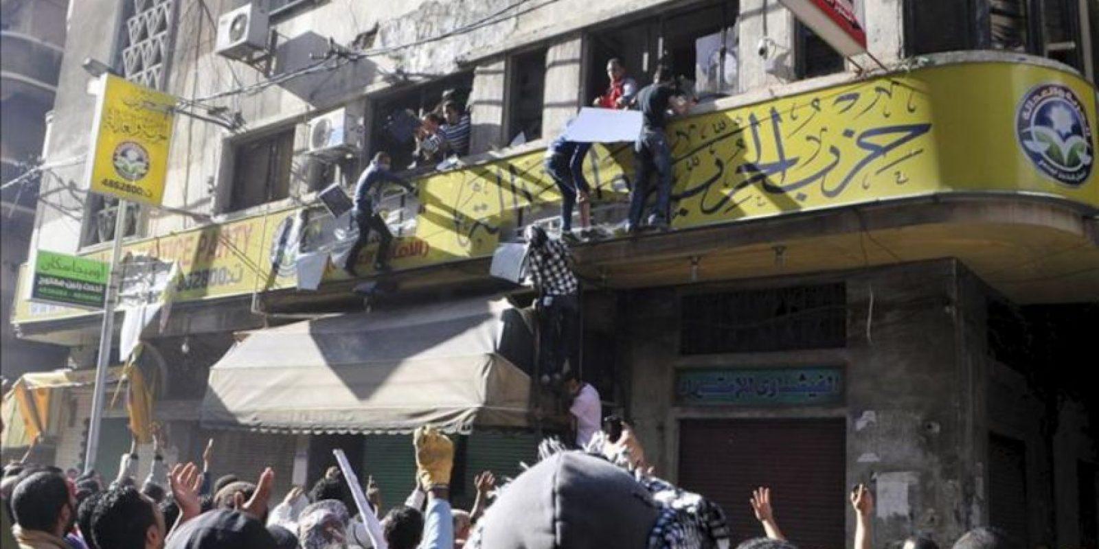 Manifestantes egipcios asaltan la oficina de los Hermanos Musulmanes durante una protesta organizada por la oposición en contra de las últimas decisiones del presidente egipcio, Mohamed Mursi, en El Cairo, Egipto, el 23 de noviembre de 2012. EFE