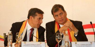 El presidente de Perú, Ollanta Humala (i), y su homólogo ecuatoriano, Rafael Correa (d), durante una reunión en Cuenca (Ecuador). EFE