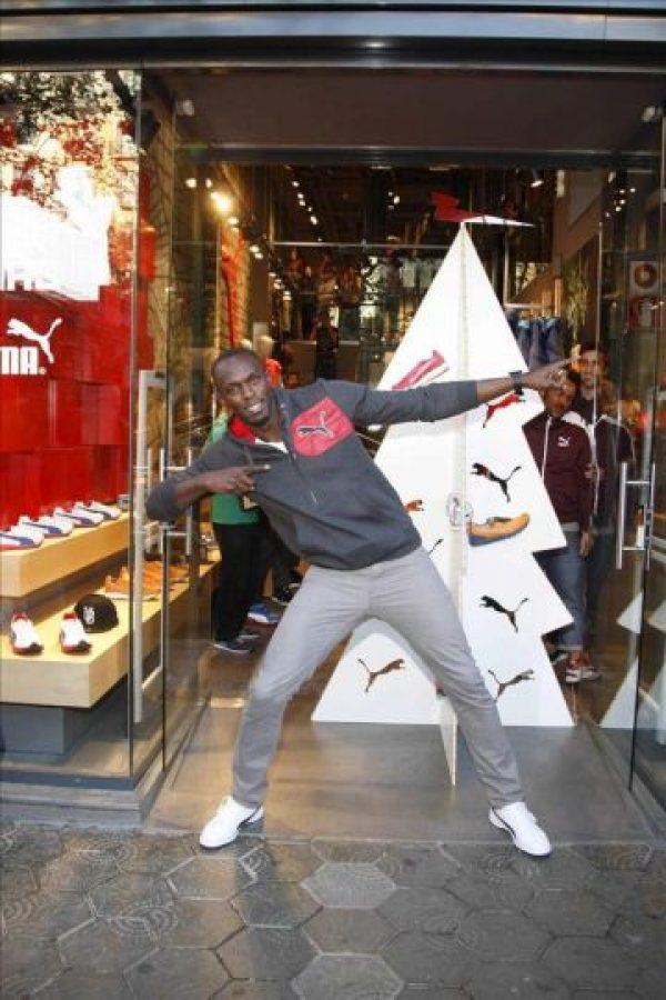 El atleta jamaicano Usain Bolt, que se encuentra en Barcelona para participar mañana en la celebración del centenario de la Federación internacional de atletismo (IAAF), ha sido el encargado de encender hoy la iluminación navideña de una firma comercial en Barcelona. EFE