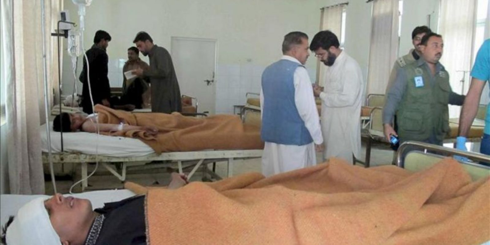 Personas heridas se recuperan en el hospital local Dera Ismail khan, tras la explosión registrada en el transcurso de una procesión chií en el oeste de Pakistán, según informó a Efe una fuente policial. EFE