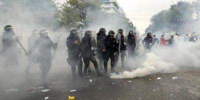 La Policía tailandesa disparó hoy gases lacrimógenos hasta en dos ocasiones para dispersar a un grupo de manifestantes antigubernamentales que trataron de romper un cordón policial en una protesta en Bangkok. EFE