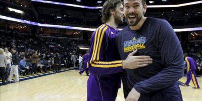 El jugador de Lakers Pau Gasol (i) abraza a su hermano menor, Marc Gasol (d), de Grizzlies, antes de un partido por la NBA en el FedExForum de Memphis, Tennessee (EE.UU.). EFE