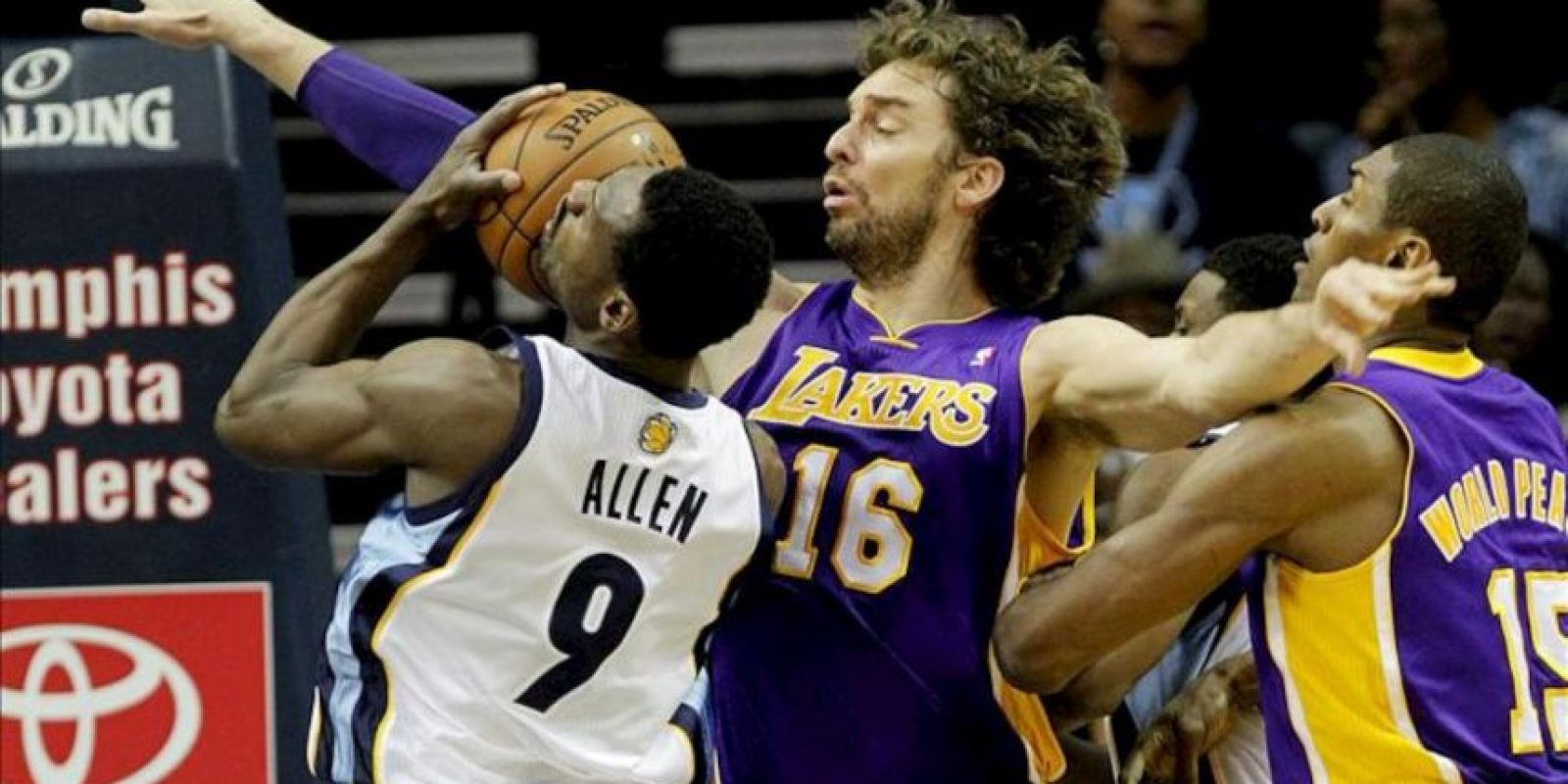 El jugador de Lakers Pau Gasol (c) marca a Tony Allen (i), de Grizzlies, durante un partido por la NBA en el FedExForum de Memphis, Tennessee (EE.UU.). EFE