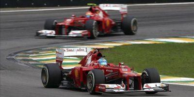 El piloto español de Ferrari, Fernando Alonso (abajo), seguido por el brasileño de Ferrari, Felipe Massa, durante la sesión de entrenamientos libres realizada en el circuito de Interlagos de Sao Paulo, donde mañana se celebrará el Gran Premio de Brasil de Fórmula Uno, último de la temporada 2012. EFE