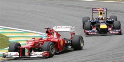 El piloto español Fernando Alonso (i), de la escudería Ferrari, y el alemán Sebastian Vettel, de la escudería Red Bull, en las prácticas libres en el autódromo de Interlagos, en Sao PauloBrasil, donde se celebrará mañana el Gran Premio de Brasil, la última carrera del Mundial 2012 de Fórmula Uno. EFE