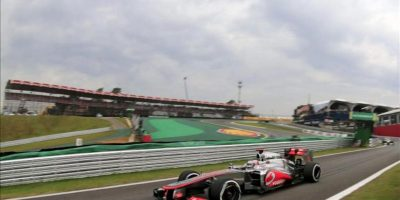 El piloto británico de McLaren, Jenson Button, durante la sesión de entrenamientos libres realizada hoy en el circuito de Interlagos de Sao Paulo, donde mañana se celebrará el Gran Premio de Brasil de Fórmula Uno, último de la temporada 2012. EFE