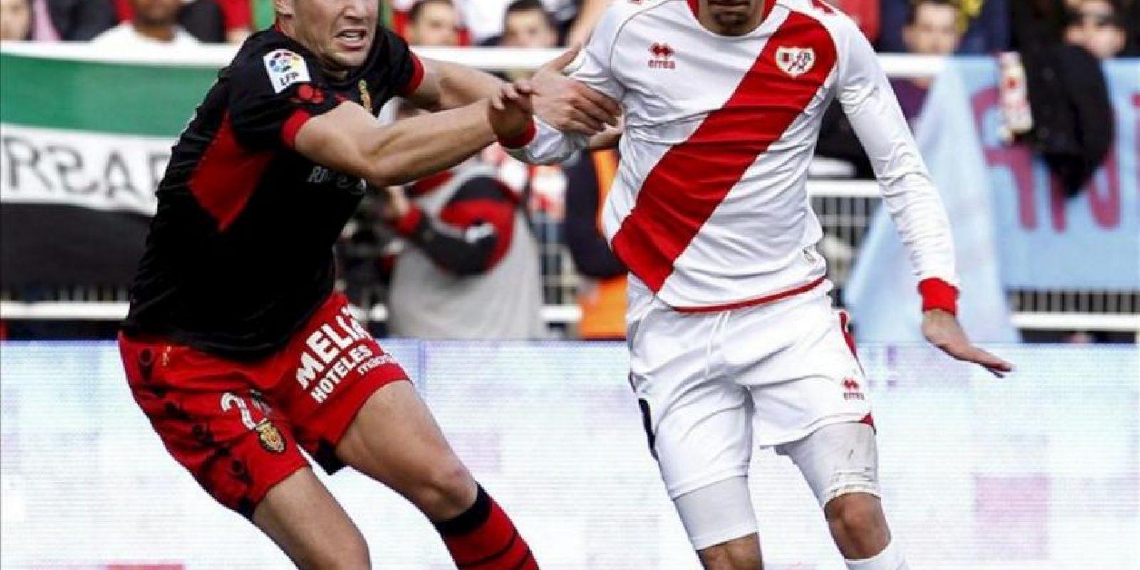 El centrocampista del Rayo Vallecano, Roberto Trashorras (d), intenta marcharse del centrocampista del Mallorca, Andreu Fontàs (i), en el partido correspondiente a la decimotercera jornada de la Liga de Primera División en el estadio municipal de Vallecas. EFE