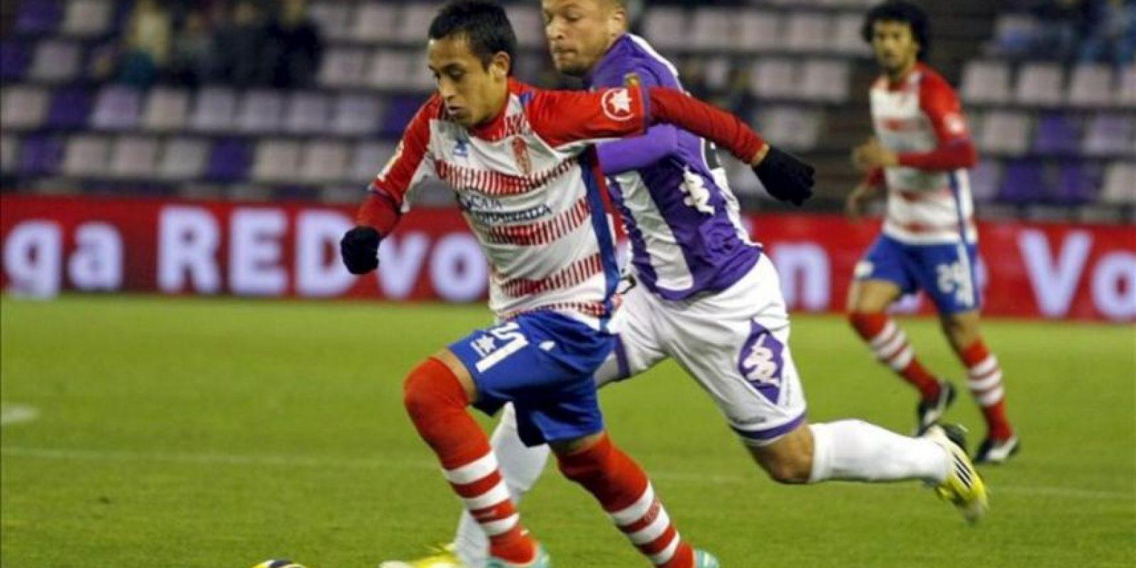 El centrocampista chileno del Granada, Fabián Orellana (i), perseguido por el centrocampista alemán del Valladolid, Patrick Ebert (d), en el partido correspondiente a la decimotercera jornada de la Liga de Primera División en el estadio Nuevo José Zorrilla. EFE