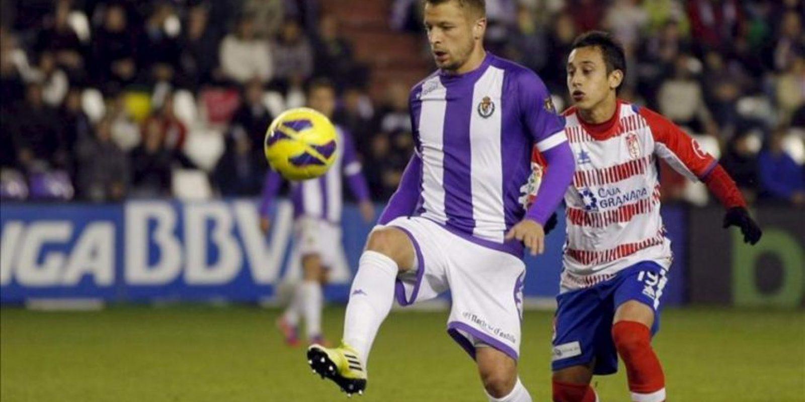 El centrocampista chileno del Granada, Fabián Orellana (d), presiona al centrocampista alemán del Valladolid, Patrick Ebert (i), en el partido correspondiente a la decimotercera jornada de la Liga de Primera División en el estadio Nuevo José Zorrilla. EFE