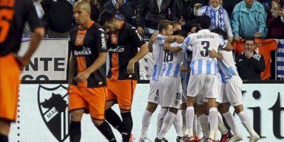 Los jugadores del Málaga celebran el gol que su compañero Francisco Portillo ha marcado al Valencia, en el partido de la decimotercera jornada de la Liga de Primera División en el estadio de La Rosaleda. EFE