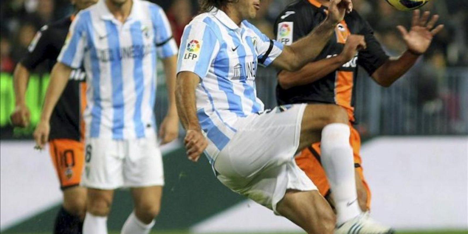 El defensa argentino del Málaga Martin Gastón Demichelis (c) controla el balón ante el delantero paraguayo del Valencia Nelson Haedo Valdez (d), en el partido de la decimotercera jornada de la Liga de Primera División en el estadio de La Rosaleda. EFE