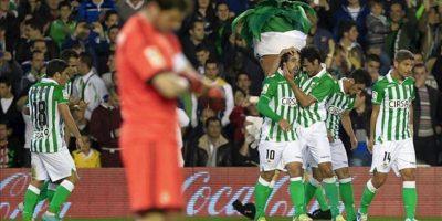 Los jugadores del Real Betis celebran el gol del equipo, conseguido por el centrocampista Beñat Etxebarría (4d), en el partido correspondiente a la décimo tercera jornada de Liga en Primera División, entre Betis y Real Madrid, en el estadio Benito Villamarín, en Sevilla. EFE
