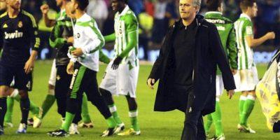 El entrenador del Real Madrid, José Mourinho, tras el partido, correspondiente a la decimotercera jornada de la Liga de Primera División, disputado contra el Betis en el estadio Benito Villamarín, en Sevilla. EFE