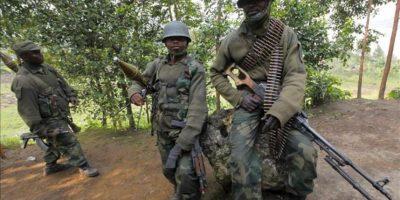 Soldados del gobierno congoleño descansan en la ciudad de Minova, a 45 kilómetros de la capital, Goma, ayer. EFE