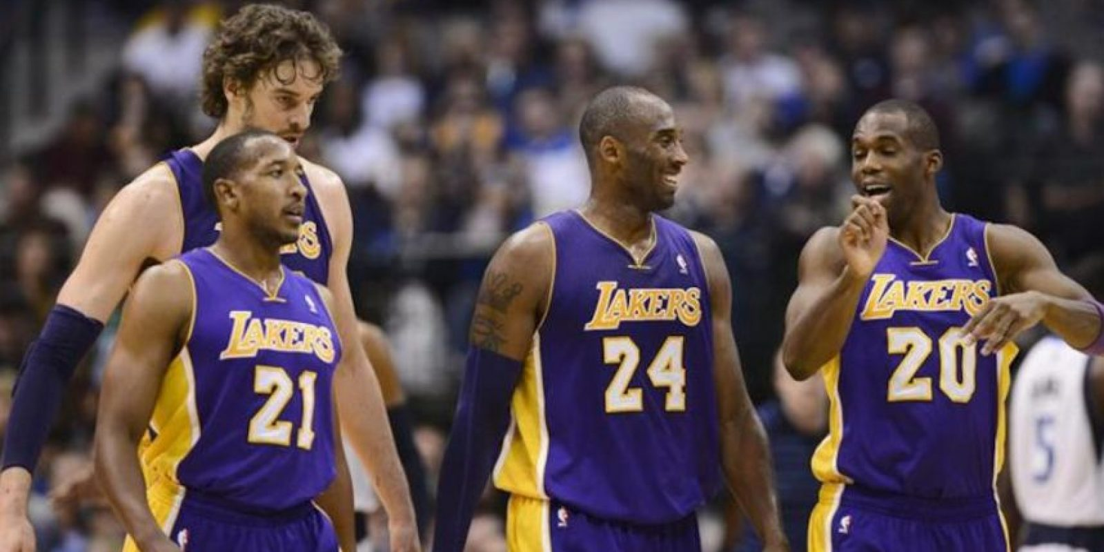 Los jugadores de Los Angeles Lakers Kobe Bryant (centro derecha), Jodie Meeks (d), Pau Gasol (centro izquierda), y Chris Duhon (i), durante el partido contra los Mavericks, anoche en el American Airlines Center in Dallas, Texas. EFE