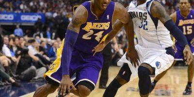 El jugador de Los Angeles Lakers Kobe Bryant (i) bota el balón frente a O.J. Mayo (d), de los Mavericks de Dallas, anoche durante en el partido disputado en el American Airlines Center en Dallas. EFE