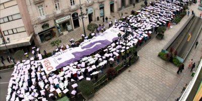 Escolares de secundaria formando el pasado viernes un tapiz humano en Vigo para conmemorar el Día Internacional Contra la Violencia de Género. EFE