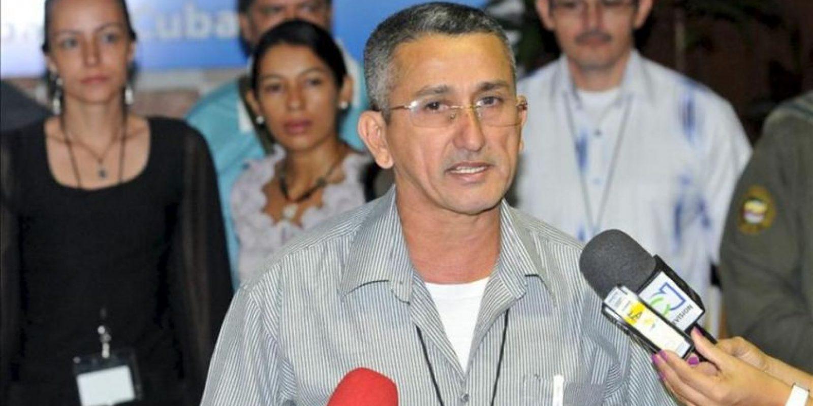 El integrante de las FARC, Rubén Zamora (c), lee un comunicado este 25 de noviembre, en el Palacio de Convenciones de La Habana, Cuba, donde se desarrolla una nueva jornada de los díalogos de paz entre el Gobierno de Colombia y las FARC. EFE