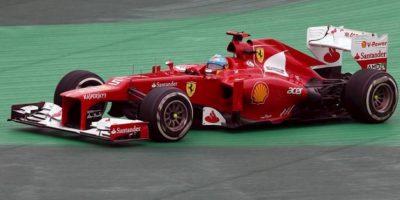 """El piloto español Fernando Alonso, de Ferrari, se sale de la pista en la curva """"S"""" en el Gran Premio de Brasil, la última carrera del Mundial de Fórmula Uno, que se corre en el circuito de Interlagos de Sao Paulo. EFE"""