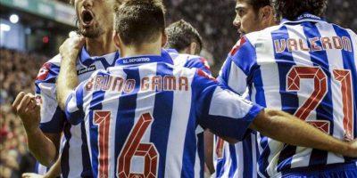 El centrocampista colombiano del Deportivo, Abel Aguilar (i), celebra su gol, el primero de su equipo, junto a los centrocampistas, Juan Carlos Valerón (d) y el portugués Bruno Gama (c), en el partido correspondiente a la decimotercera jornada de la Liga de Primera División en el estadio de San Mamés. EFE