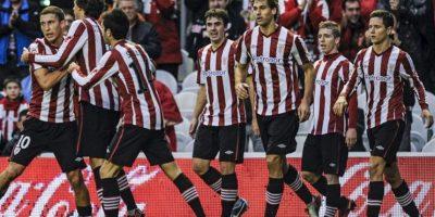El centrocampista del Athletic, Óscar de Marcos (i), celebra su gol, el primero de su equipo, junto a sus compañeros en el partido frente al Deportivo, correspondiente a la decimotercera jornada de la Liga de Primera División en el estadio de San Mamés. EFE