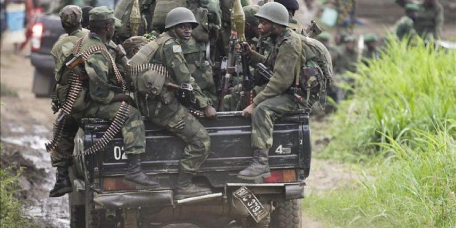 Soldados del gobierno congoleño a bordo de un todoterreno escoltando al teniente general Olenga Francois en Minova, a unos 45 kilómetros de la capital, Goma.