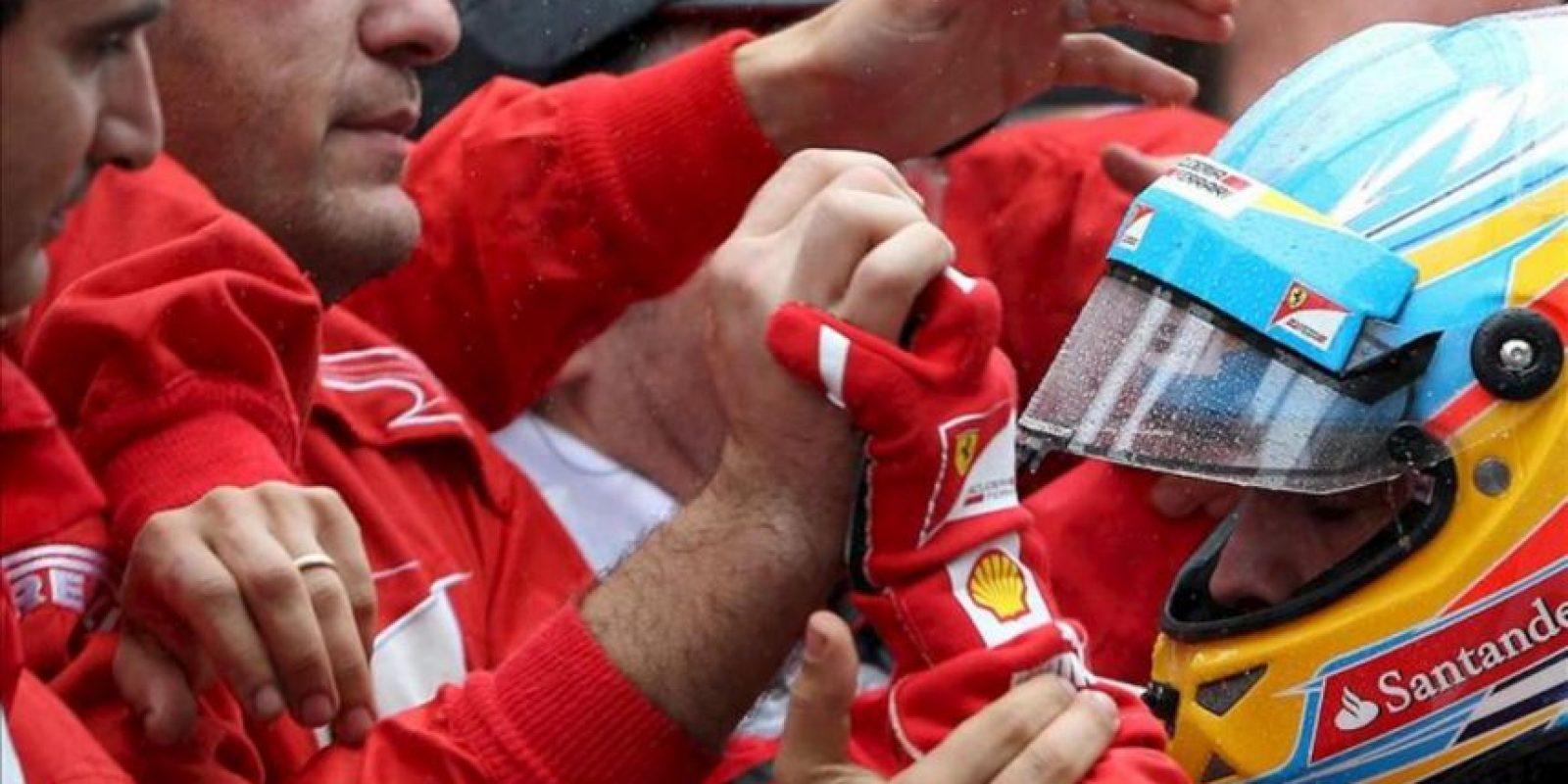 El piloto español Fernando Alonso, de Ferrari, saluda a su equipo este 25 de noviembre, tras consagrarse subcampeón mundial de Fórmula Uno al acabar segundo en el Gran Premio de Brasil, la última carrera del Mundial de Fórmula Uno, en el circuito de Interlagos de Sao Paulo. EFE
