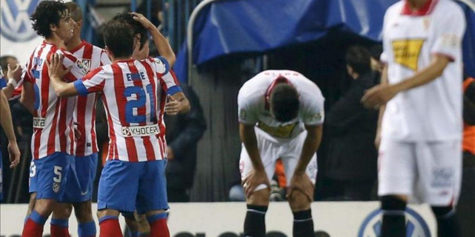 Los jugadores del Atlético de Madrid celebran el gol marcado por su compañero, el defensa brasileño Joao Miranda de Souza ante el Sevilla, el cuarto del equipo, en el partido correspondiente a la decimotercera jornada de la Liga de Primera División frente al Sevilla en el estadio Vicente Calderón. EFE