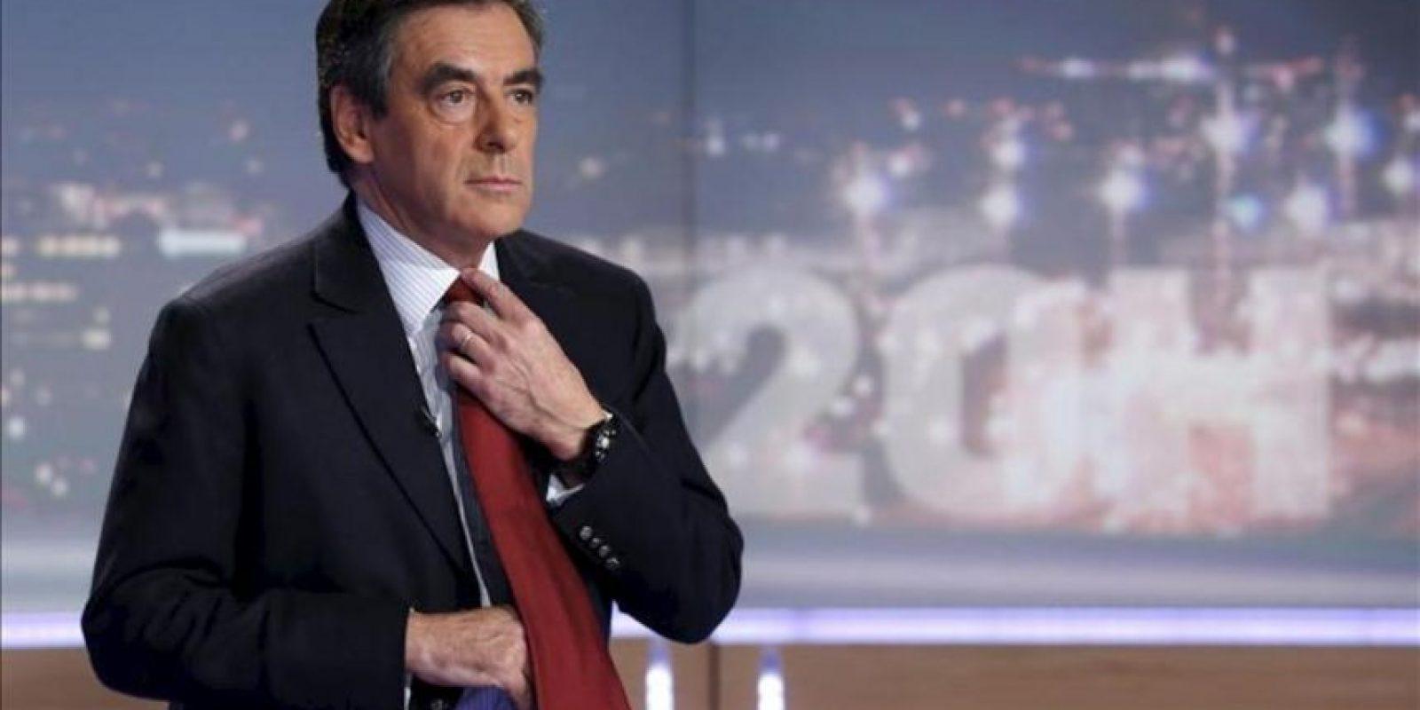 El ex primer ministro francés Francois Fillon y candidato derrotado a presidir el partido político Unión por un Movimiento Popular (UMP), se prepara para una emisión de noticias en los estudios del canal de televisión privado TF1. EFE/Archivo ]