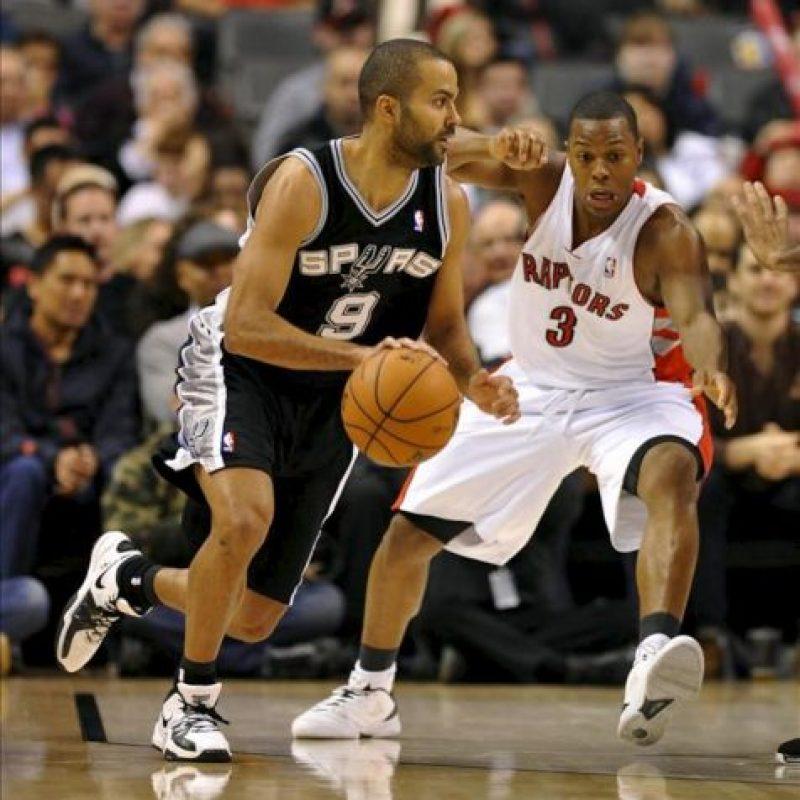 El jugador Tony Parker (i) de los Spurs defiende ante Kyle Lowry de los Raptors, durante su partido de baloncesto de la NBA disputado en Toronto (Canadá). EFE