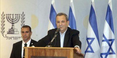 El ministro de Defensa de Israel, Ehud Barak (d), durante la rueda de prensa que ha ofrecido hoy en su oficina en Tel Aviv (Israel), para anunciar que abandona la politica. EFE