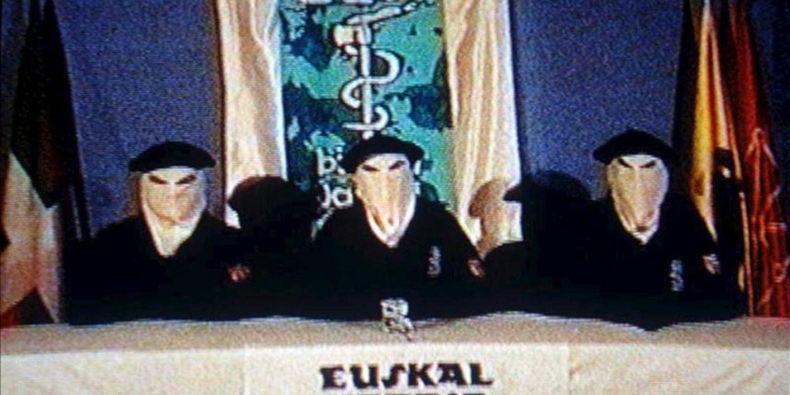 Imagen de tres encapuchados anunciando el alto l fuego definitivo de ETA. EFE/Archivo