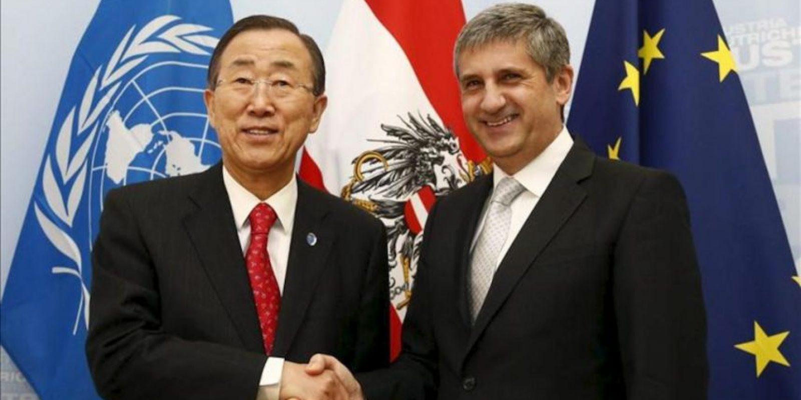 El secretario general de las Naciones Unidas, Ban Ki-moon (izq), estrecha la mano del ministro de Asuntos Exteriores austriaco, Michael Spindelegger (der), antes de su reunión en Viena, Austria, hoy lunes 26 de noviembre de 2012. El secretario general de la ONU realiza una visita oficial a Austria. EFE