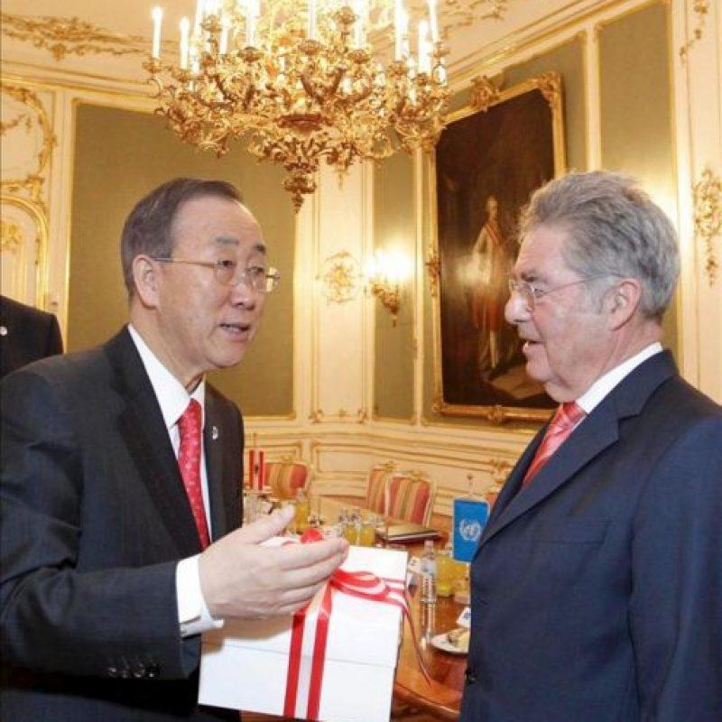 Fotografía facilitada por el Gobierno austríaco que muestra al secretario general de Naciones Unidas, Ban Ki-moon (izda), y el presidente austríaco, Heinz Fischer (dcha), conversando en Viena (Austria) hoy, lunes 26 de noviembre de 2012. EFE