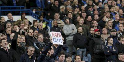 Un aficionado del Chelsea muestra una pancarta en contra del nuevo entrenador Rafa Benítez, ayer en en Stamford Bridge. EFE
