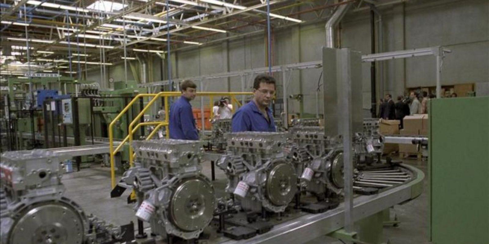 Unos operarios trabajan en la cadena de montaje de motores Zetec, en la fábrica Ford, en Valencia. EFE/Archivo