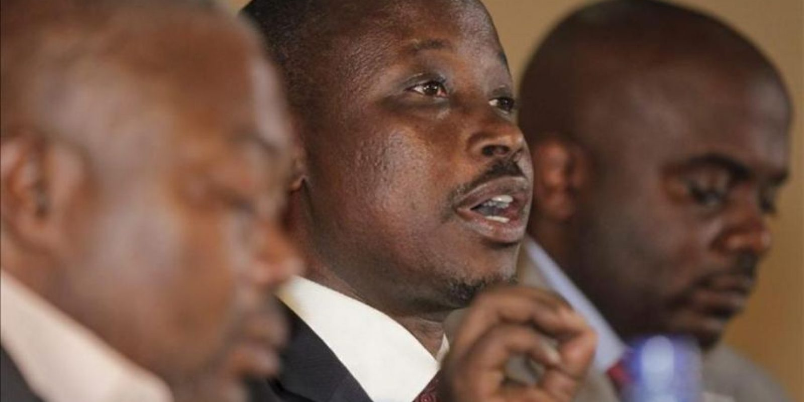 El líder del movimiento rebelde del oeste de la República Democrática del Congo M23, Jean-Marie Runiga (c), ofrece una rueda de prensa en la cuidad de Goma, controlada por los rebeldes. EFE