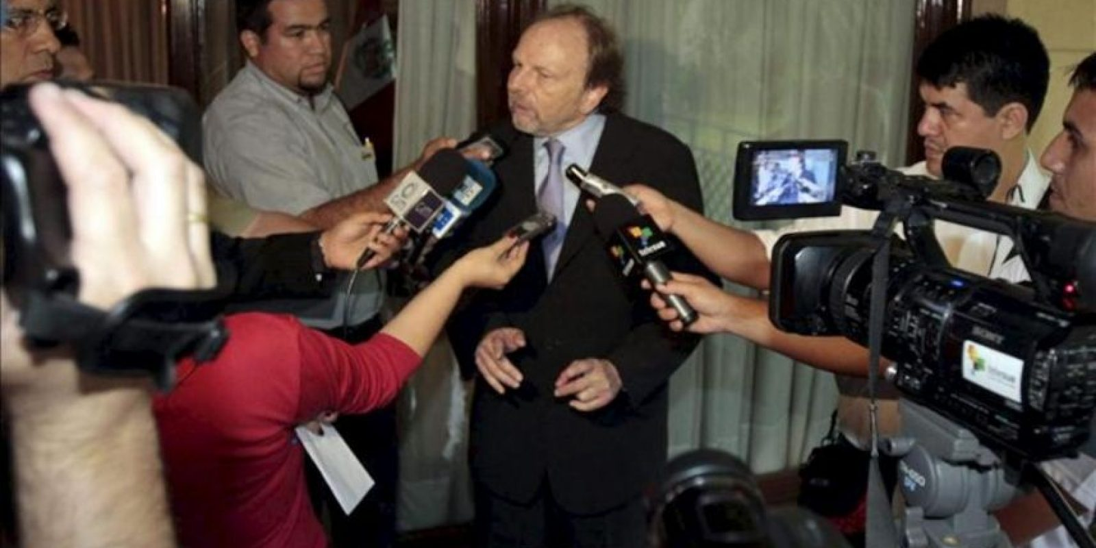 Fotografía tomada el pasado 23 de noviembre en la que se registró al jefe del Grupo de Alto Nivel de la Unasur para Paraguay, Salomón Lerner (c), durante una rueda de prensa en Asunción (Paraguay). EFE/Archivo