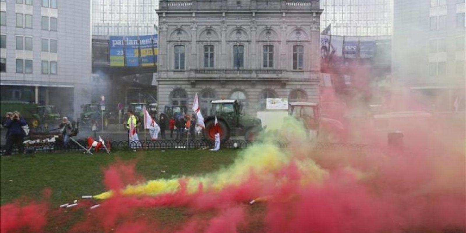 Varios productores de leche europeos protestan en la Plaza de Luxemburgo, cerca del Parlamento Europeo en Bruselas (Bélgica). EFE