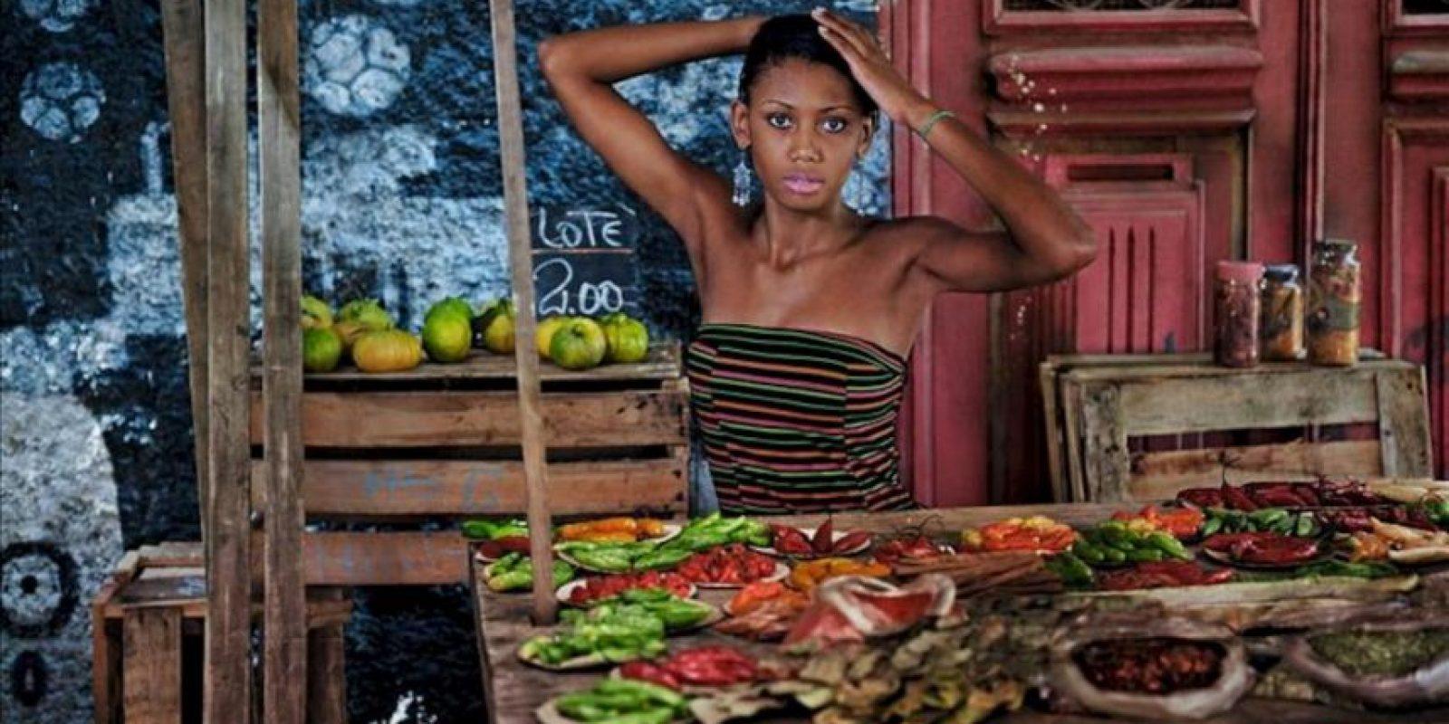 Fotografía cedida este 27 de noviembre, que muestra a una joven en una de las fotografías del calendario Pirelli 2013, que fue presentado en Río de Janeiro. EFE