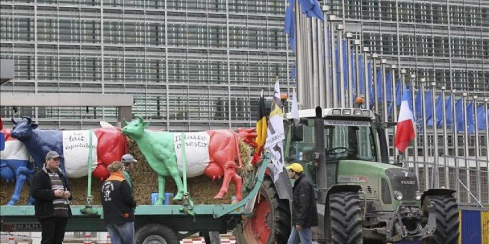 Varios productores de leche permanecen congregados hoy a las puertas del acceso de personalidades de la Comisión Europea en Bruselas (Bélgica). EFE