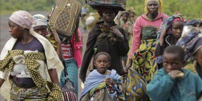 Algunos residentes de Kimbumba escapan de la violencia de su ciudad, en la República Democrática del Congo (RDC) hoy, martes 27 de noviembre de 2012. EFE