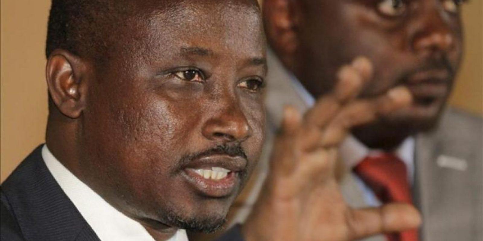 El líder del movimiento rebelde del oeste de la República Democrática del Congo M23, Jean-Marie Runiga (izq), ofrece una rueda de prensa en la cuidad de Goma, controlada por los rebeldes, en la República Democrática del Congo, hoy martes 27 de noviembre de 2012. EFE