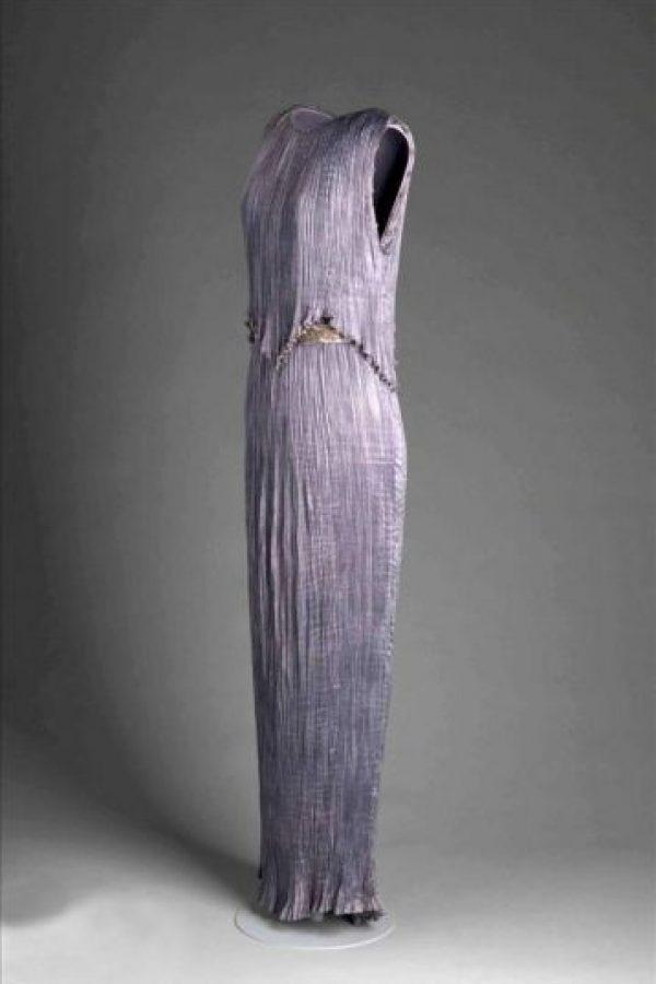 Fotografía cedida, que muestra uno de los vestidos diseñados por el español Mariano Fortuny Madrazo (1871-1949), expuestos en el Instituto Reina Sofía de Nueva York (EE.UU.). EFE/Instituto Reina Sofía