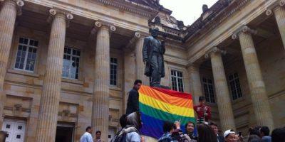Bandera LGBTI en la estatua de Rafael Nuñez, quien promulgó la Constitución de 1886. Foto:Publimetro