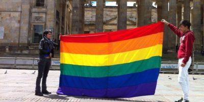Ciudadanos elevan la bandera gay a la entrada del Congreso de la República. Foto:@hyperconectado/ Publimetro