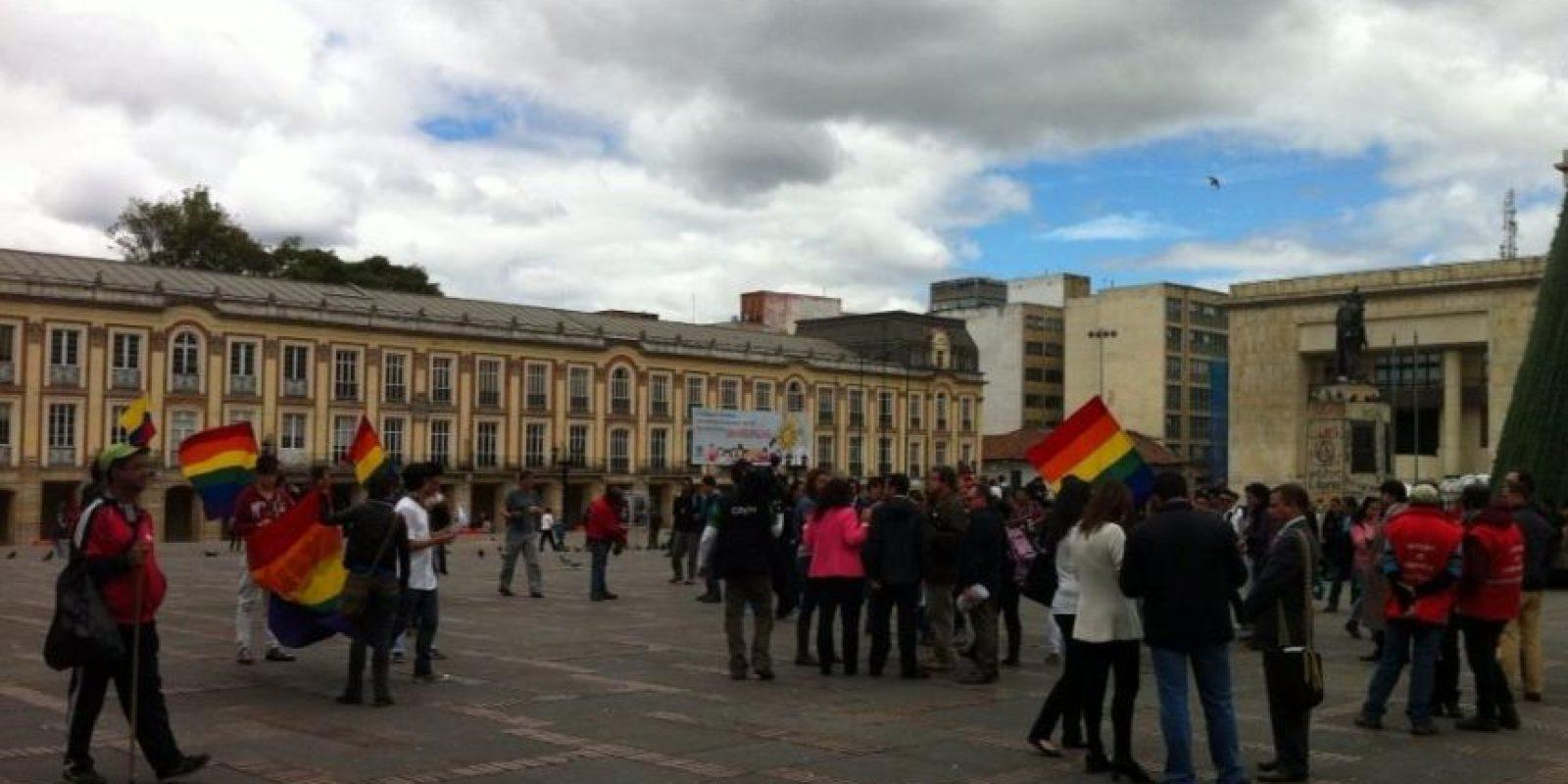 Unas 30 personas asistieron a la Plaza de Bolivar a la Besatón promovida por la concejal Angélica Lozano. Foto:@hyperconectado/ Publimetro