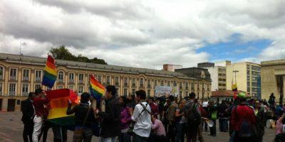 Ciudadanos LGBTI en la Plaza de Bolivar. A la derecha, como siempre, con su bandera en la cabeza 'Radio loco'. Foto:Publimetro
