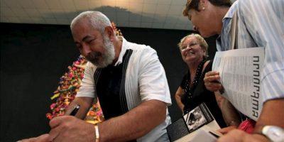 El escritor cubano Leonardo Padura firma unos libros y folletos, luego de leer fragmentos de su próxima novela titulada 'Herejes', en La Casa de las Américas, en La Habana (Cuba). EFE