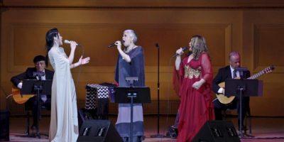 Las cantantes mexicanas Ely Guerra (2-i), Eugenia León (c) y Tania Libertad (2-d) ofrecen un homenaje a Chavela Vargas, en el Carnegie Hall de Nueva York (NY, EE.UU.). EFE